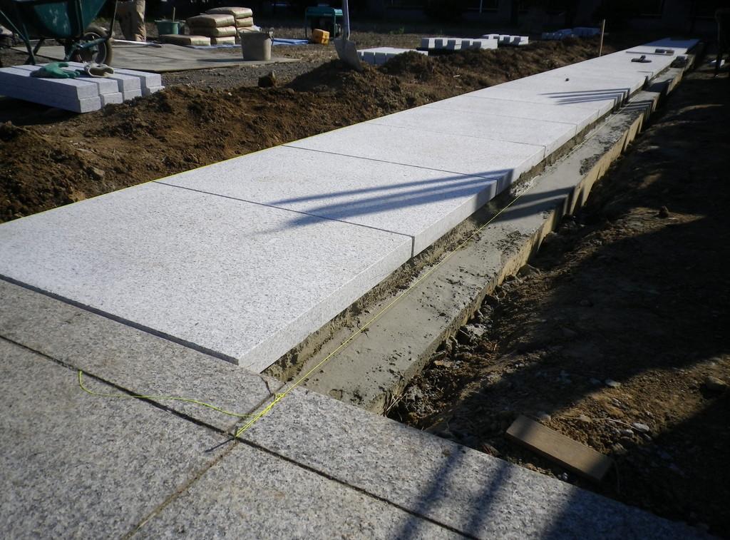 墓地 通路の石貼り工事1